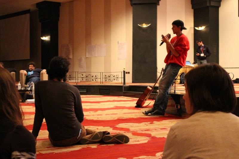 """مغني الراب المغربي معاد """"الحاقد"""" يقرأ بيتاً شعرياً تكريماً لروح الشاعر المصري الراحل فؤاد نجم. (صورة، هشام المرآة)"""