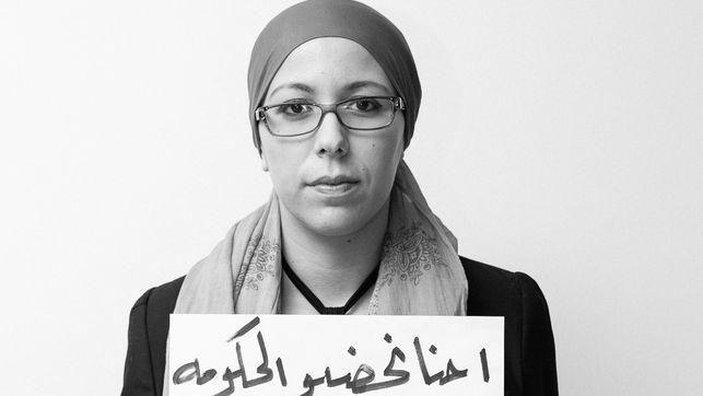 """""""Nosotros vigilamos al Gobierno, no al contrario"""", mensaje de la bloguera marroquí Zineb Belmkaddem durante el encuentro de blogueros árabes en Ammán. Fuente: 7iber"""