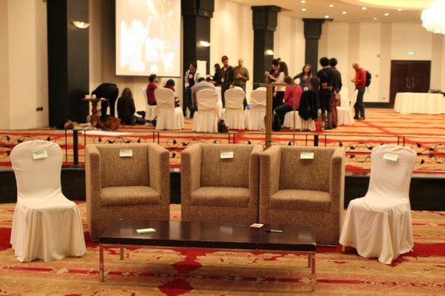 Sillas vacías en honor a los ausentes en el Encuentro de Blogueros Árabes (AB14). Fuente: página oficial de AB14